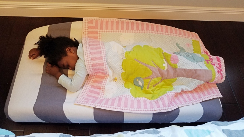 toddler sleeping on blow up mattress