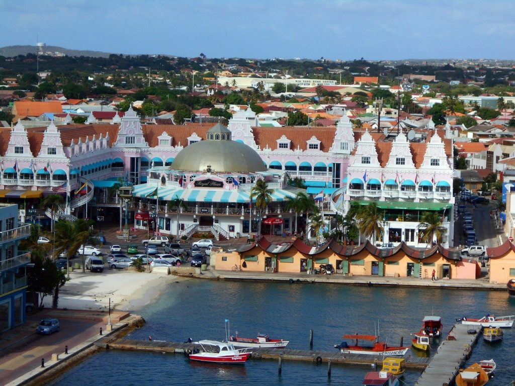 Shopping plaza in Aruba with buildings and stores.